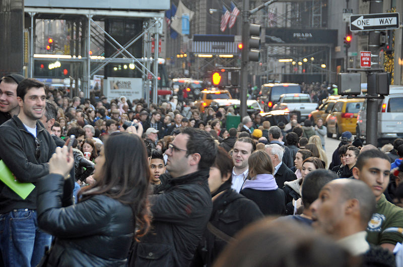 Black_Friday_at_the_Apple_Store_on_Fifth_Avenue,_New_York_City,_2011