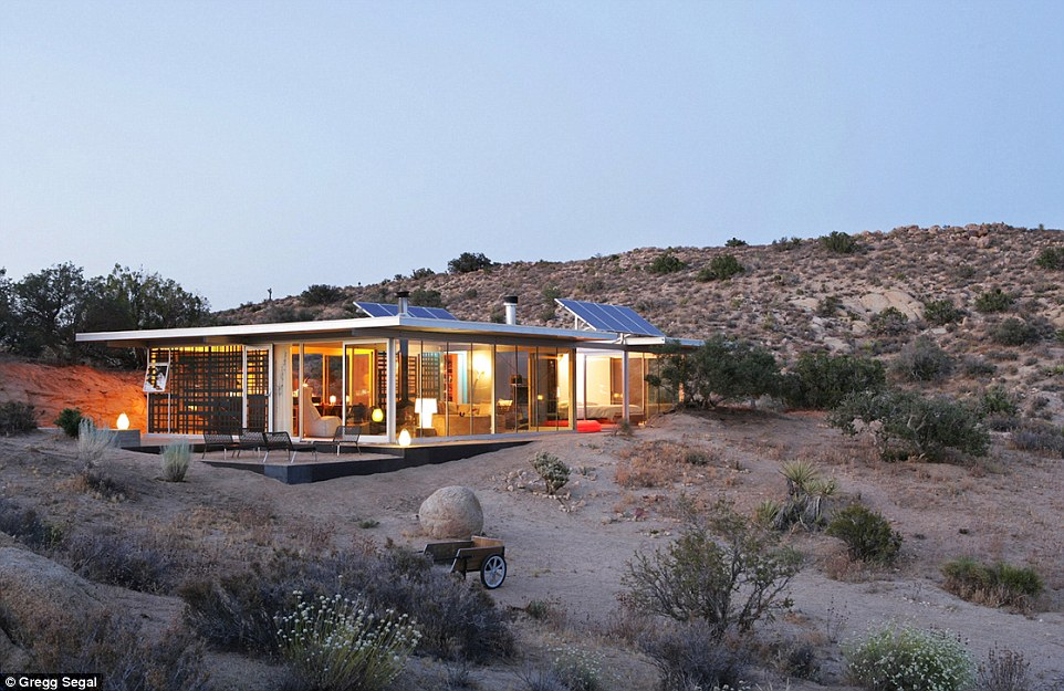 3035859C00000578-3402616-This_off_the_grid_house_in_Pioneertown_California_does_have_heat-a-72_1452960637095