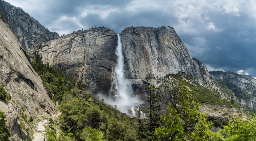 Yosemite_Falls_from_trail,_Yosemite_NP,_CA,_US_-_Diliff