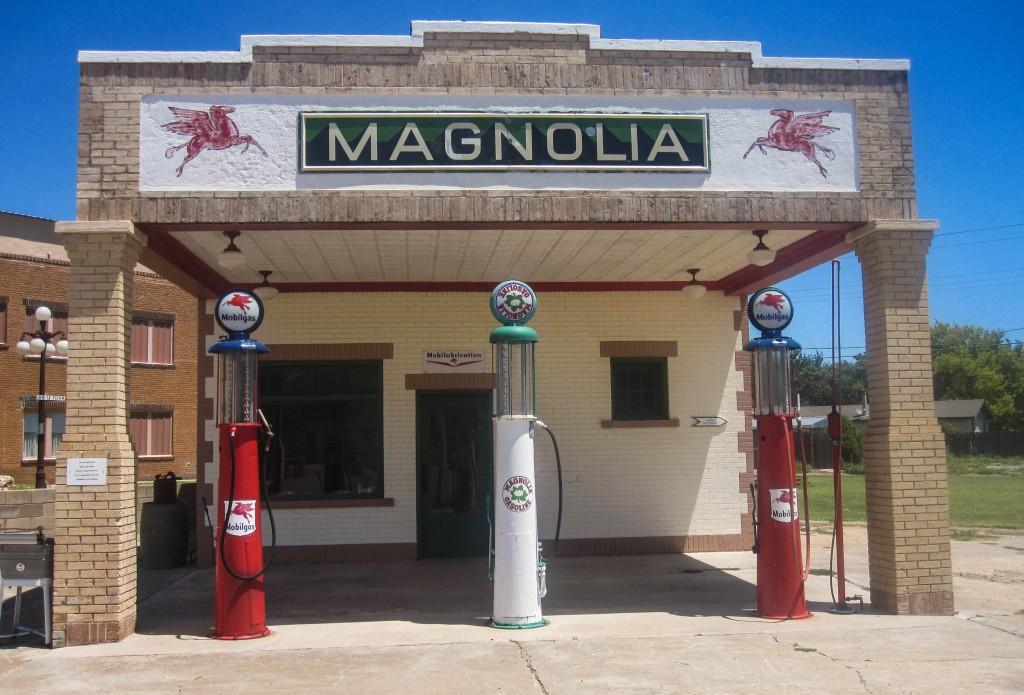 Magnolia_gasoline_station,_Shamrock,_TX_IMG_6141-2