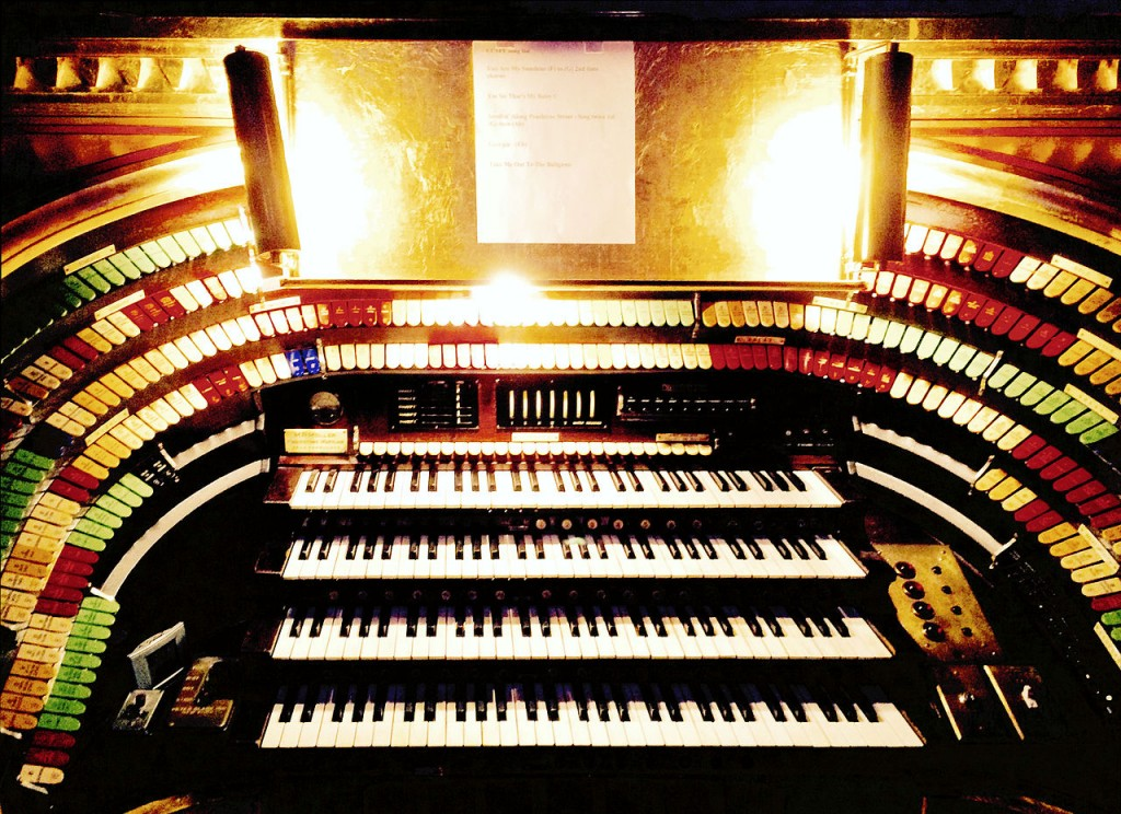 1280px-Mighty_Mo_(opus_5566,_built_in_1929)_console_front_-_Fox_Theatre,_Atlanta_(2015-08-13_21.03.36_by_Counse)_edit1